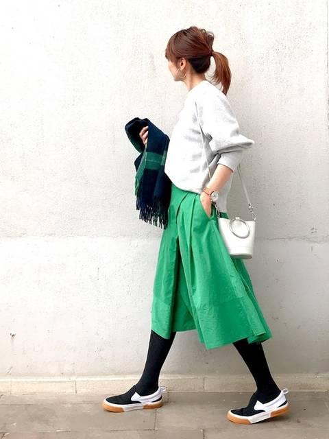 グレーのスウェットとグリーンのスカートのコーデ