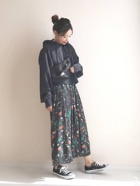 花柄スカートが可愛い黒パーカーコーデ