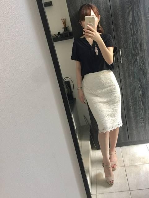 白いレースタイトスカートとベージュサンダルのビジネスカジュアルコーデ