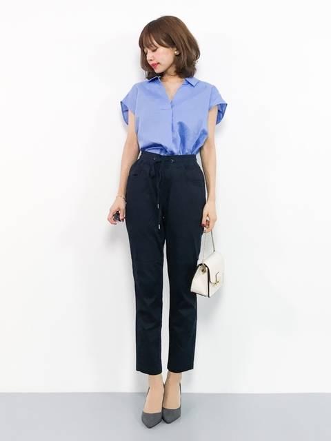 ブルーのゆるめシャツとパンツスタイルのビジネスカジュアルコーデ