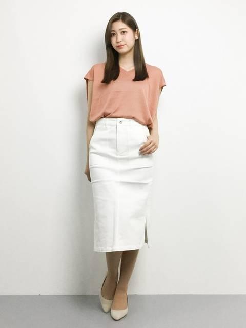 ピンクのブラウスと白いタイトスカートのビジネスカジュアルコーデ