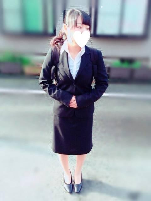 スーツとリュックの組み合わせが魅力的なコーデ