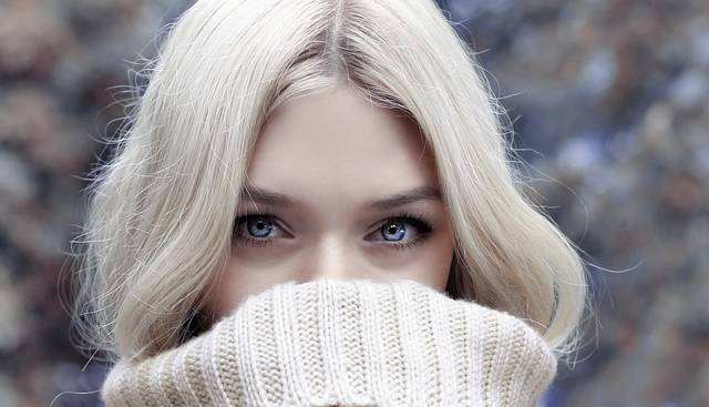 冬の乾燥肌に悩む女性