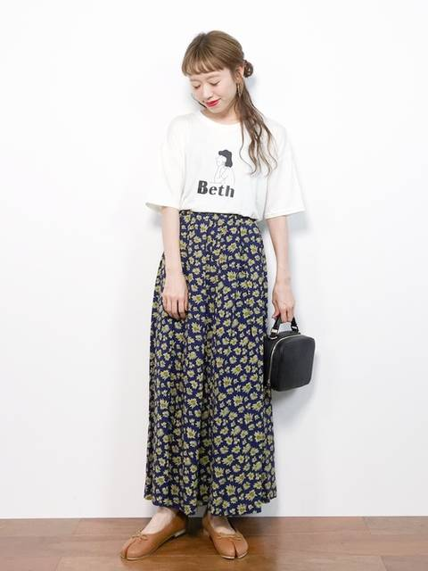 白Tシャツ×花柄マキシスカート