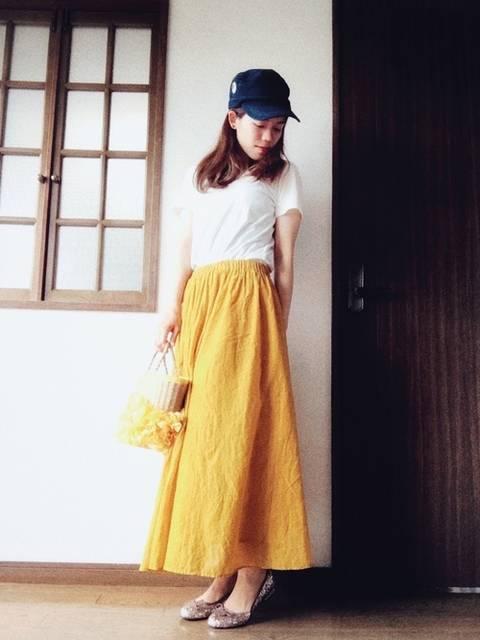 白Tシャツ×ビタミンカラースカート