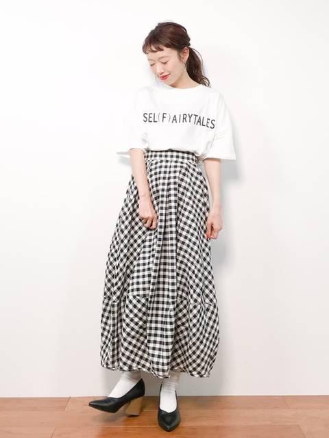 白Tシャツ×ギンガムチェックスカート