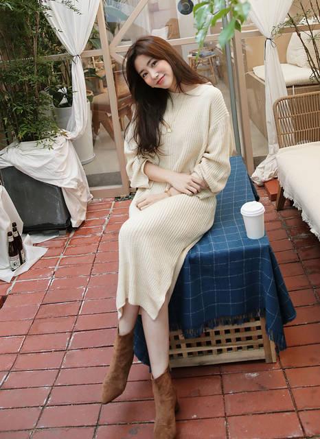 ニットワンピを着てカフェを楽しむ女性