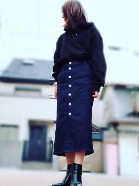 デニムタイトスカートで大人っぽく