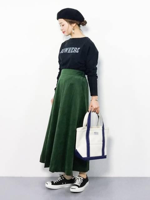 グリーンスカートが秋らしいレディースコーデ