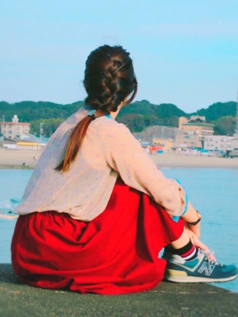 赤スカートがキュートな海辺コーデ