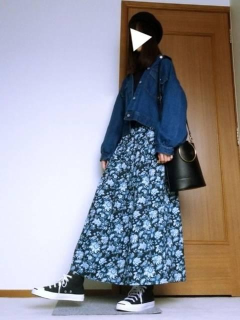 青の花柄が美しいロングスカート