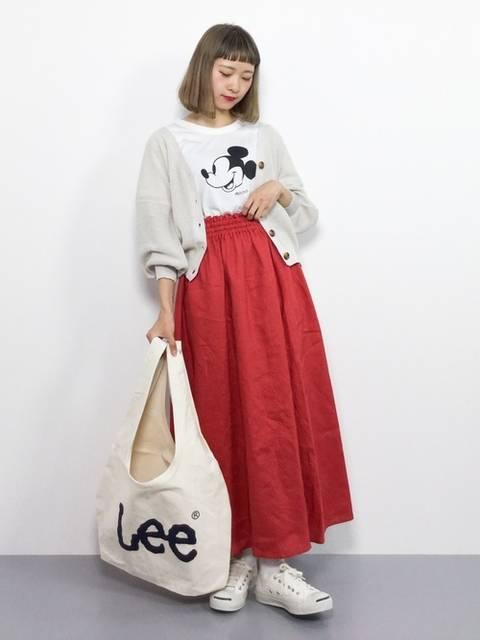 白カーディガンと赤スカートが可愛いコーデ
