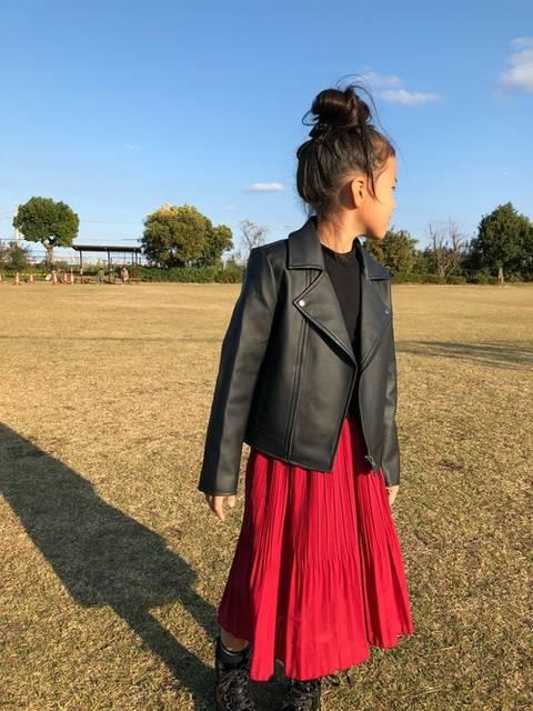 レザージャケットと赤スカートコーデ