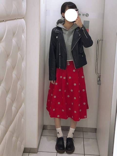 赤花柄スカートとレザージャケット