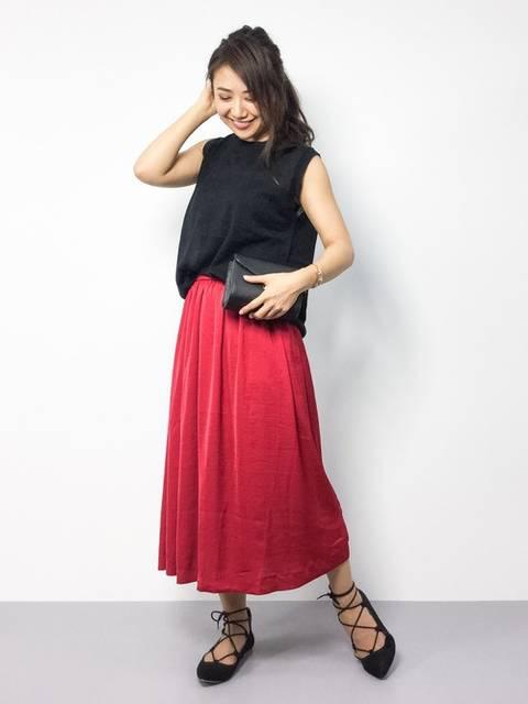 黒タンクトップと赤スカート