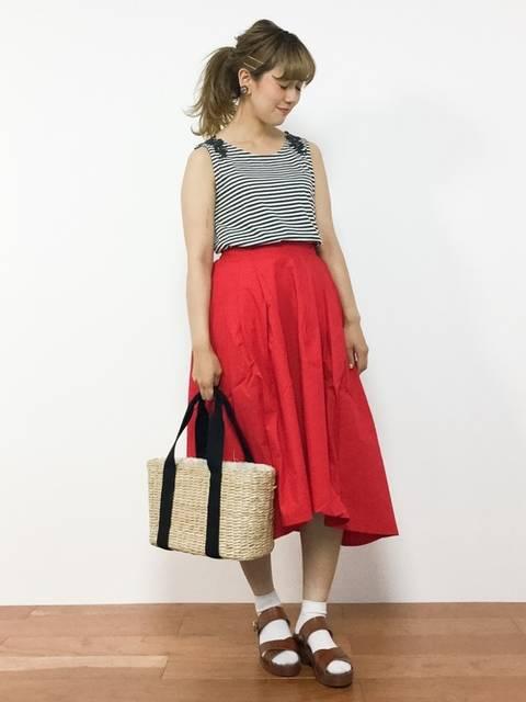赤スカートとボーダータンクトップ