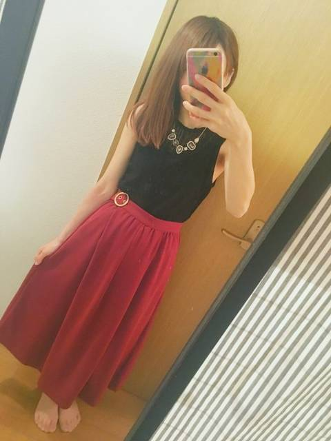 シックな赤スカートとタンクトップ