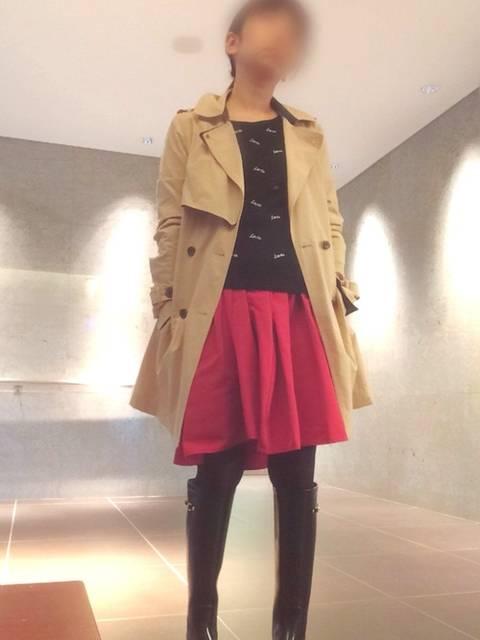ミニ赤スカートで旅行コーデ