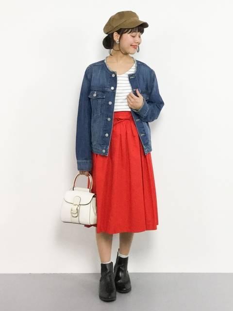 えりなしデニムジャケットで赤スカートコーデ