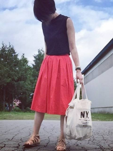 ネイビーとも相性抜群赤スカート