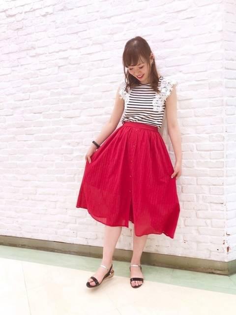 レースタンクトップと赤スカート