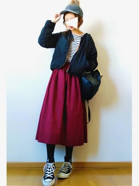 黒アウターと赤スカート