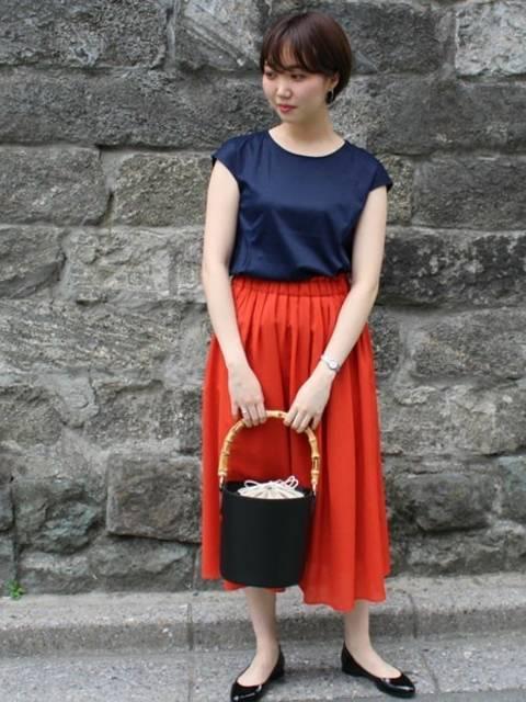 ネイビーノースリービーで上品赤スカート