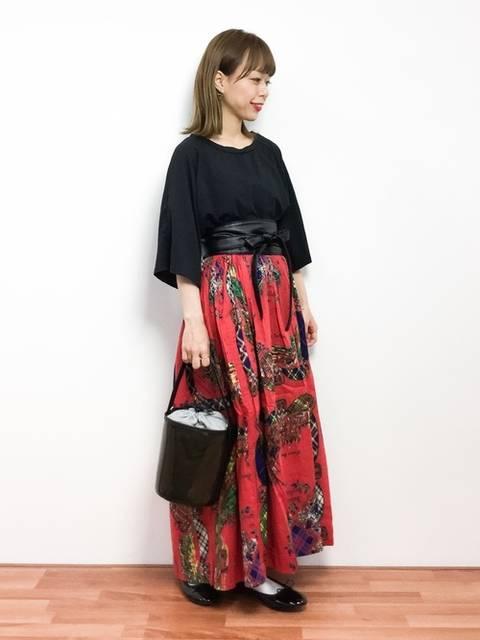 美しい赤スカートが魅力的