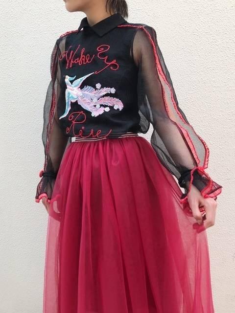 ゴース素材のトップスに赤スカートでパーティコーデ