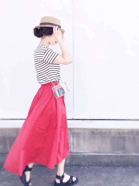 夏の暑さも感じさせない赤スカートコーデ