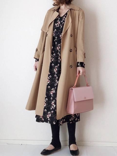 花柄ワンピースとトレンチコートの服装