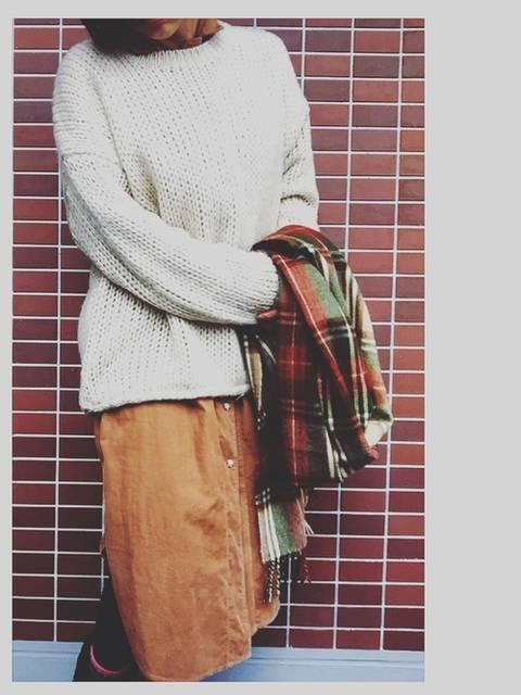 コーデュロイシャツワンピとニットセーターのコーデ