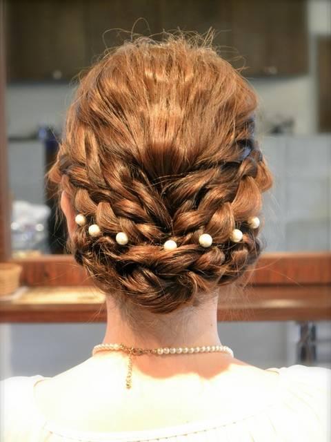 パールのネックレスとヘアアクセサリーを合わせた結婚式コーデ