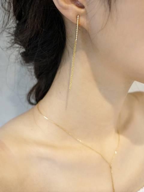 ゴールドのピアスとネックレスを合わせた結婚式コーデです。