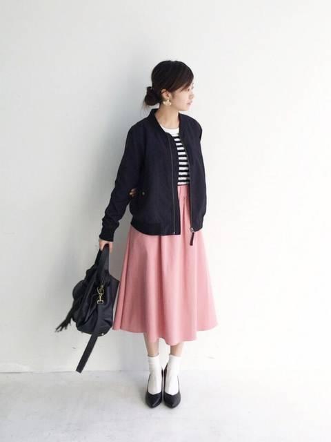 ピンクのフレアスカートを使ったMA-1コーデ