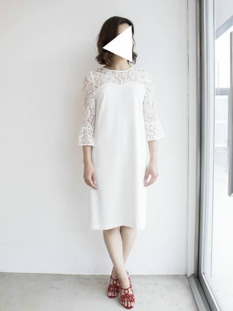ホワイトワンピースドレスを着用