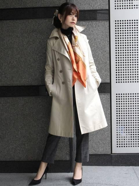 スーツ×スカーフコーデ