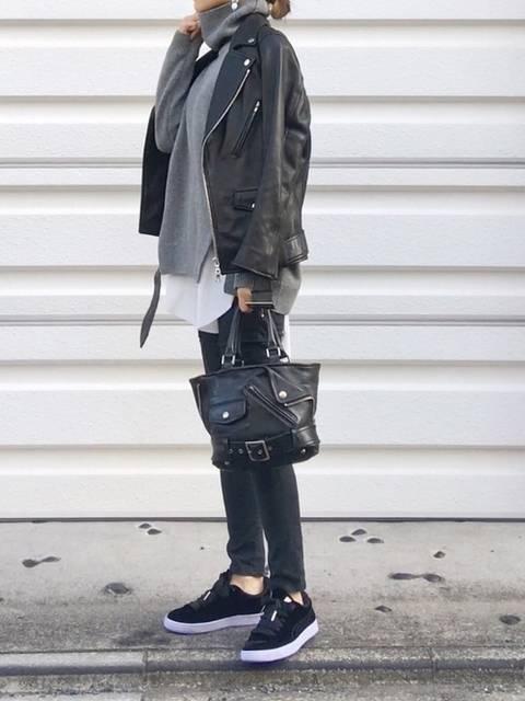 黒レザージャケットと黒デニムコーデ