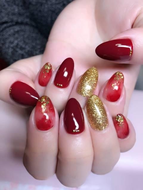 赤とゴールドの秋トレンドネイル