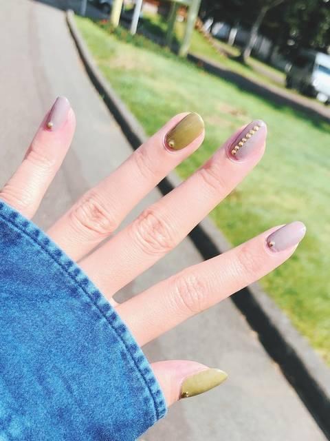 パステルアースカラーの一色塗りでトレンド秋ネイル