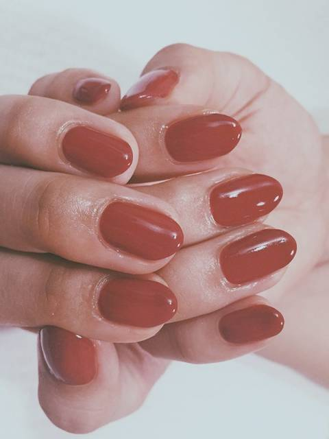鮮やかな赤の一色塗り秋ネイル