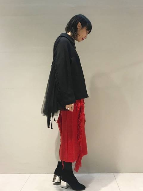 赤×黒のエレガントなスタイルのニットスカート