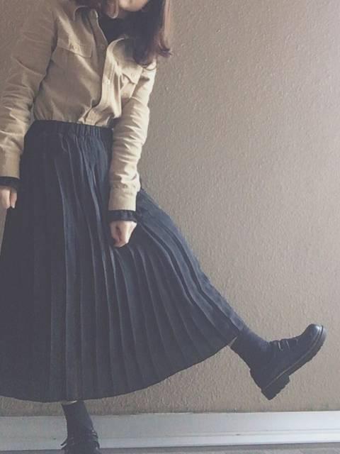 ベージュシャツとロングスカートの上品コーディネート
