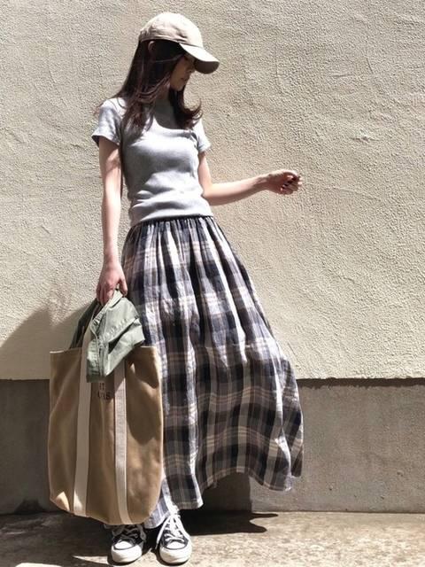 クルーネックTシャツとチェック柄スカートを使ったコーデ
