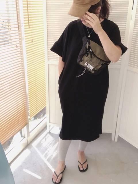 黒のTシャツワンピとグレーのレギンスコーデ