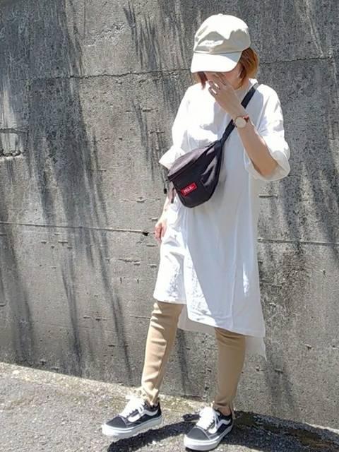 白のTシャツワンピとVANSスニーカーのコーデ