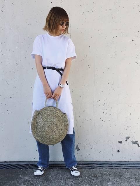 スリット入り白のTシャツワンピとかごバッグを使ったコーデ