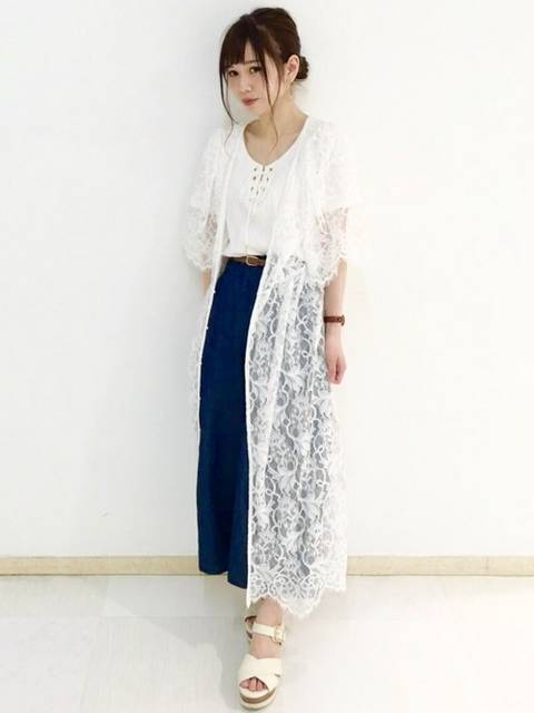 透け感のある羽織りとワイドパンツのコーデ