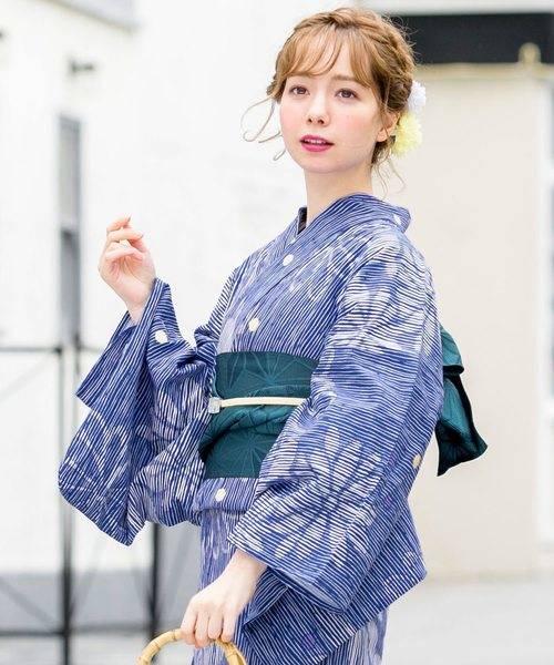 ブルーの縞柄浴衣×グリーンの半幅帯×白い帯締め×帯留めコーデ
