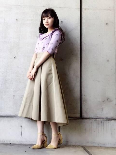 ピンクフリル×ベージュスカートでガーリーコーデ